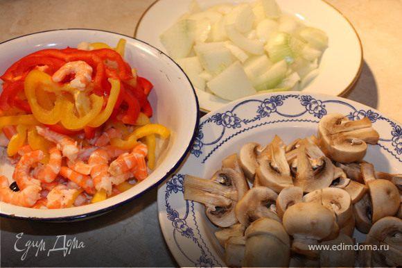 Как только начнет золотиться-доб. порезанные произвольно овощи и грибы, обжаривать помешивая, когда испарится жидкость добавить креветки и сливки. Прогреть 2-3 мин и посыпать зеленью. Подавать с рисом.