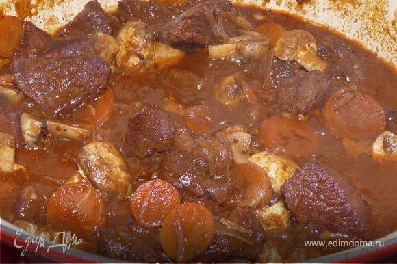 Вернуть мясо и овоши в маринад, поставить на маленький огонЬ, положить тимьян и лавровый лист. Томить 2 часа под крышкой, доливая воду, если нужно. Помыть грибы, порезать на половинки (если они не мелкие) и добавить к мясу. Подержать еще 30 минут. Попробовать на соль, перец, добавить зелень. Подавать хорошо с пюре.