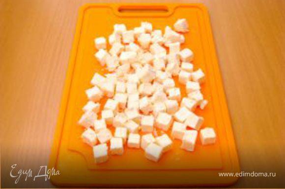 Фету нарезать кубиками.