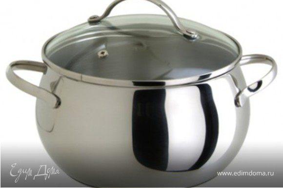 Налить в кастрюлю воду, довести до кипения и посолить. Засыпать перловую крупу и варить 15-20 минут постоянно снимая пенку. Сушеные белые грибы выложить в емкость, залить кипятком и оставить под крышкой на 30 минут.