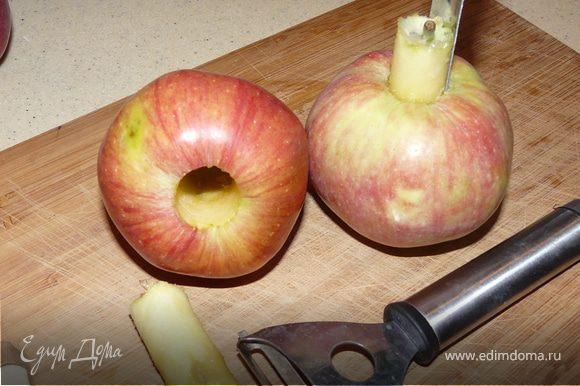 Яблоки почистить, порезать на маленькие куски.