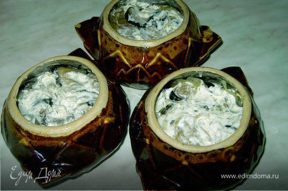 В смазанные маслом горшочки положить слоями баклажаны и лук,смазывая сметаной каждый слой лука.Если сметана густая,можно добавить в горшочки немного воды,чтобы баклажаны не подгорели.
