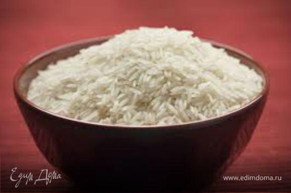 Пока рыба маринуется отварить рис, добавить в него ложку оливкового масла и щепотку паприки. Нарезать морковь и редьку крупной соломкой.