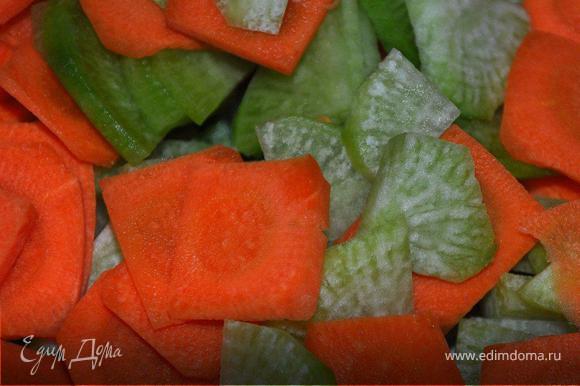 Пока мясо маринуется нарезать все овощи (морковь, редьку, перец, имбирь) крупными шашками 3мм толщиной, лук полукольцами, чеснок измельчить.
