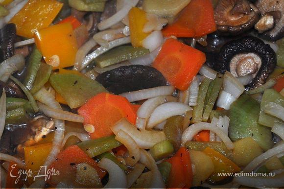 В сковородку от мяса влить 200г. кипятка и засыпать овощи, сначала морковь, редьку и перец, через 10 минут имбирь, грибы, еще минут через 5-7 лук и чеснок. Тушить, помешивая, периодически добавляя воду, вместо соли добавить соевый соус по вкусу. Сильно солить не надо, чтобы был контраст с мясом. Попутно отварить рисовую лапшу согласно указаниям на упаковке, промыть водой и оставить в дуршлаке.