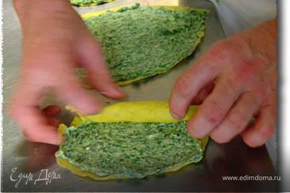 Для начинки смешайте измельченный, заранее приготовленный, шпинат с рикоттой и пармезаном. Приправьте солью, перцем и мускатным орехом. Положите начинку в каждый блинчик и закрутите их.