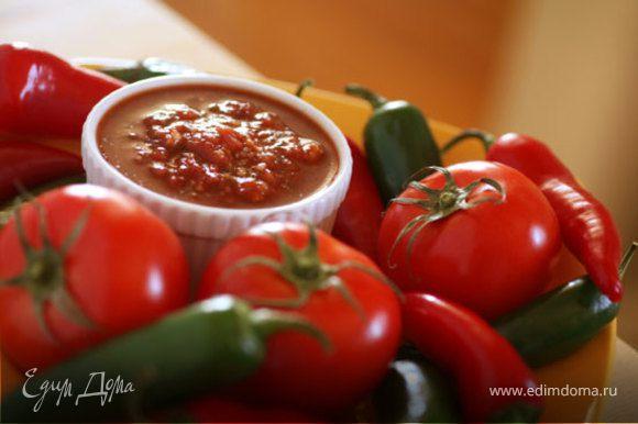 Подготовить соус – смешать рубленые томаты с чили, чесноком и острым кетчупом. Сыр чеддер натереть на терке, а моцареллу нарезать дольками или порвать руками на небольшие кусочки.