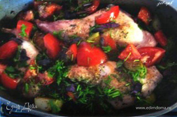 Возьмем гусятницу, смажем ее маслом. Выкладываем слоями: лук, перец, яблоки, помидоры, ножки, зелень. У меня получилось 3 слоя. Не забудьте каждый слой поперчить, хорошо посолить и добавить итальянских трав.