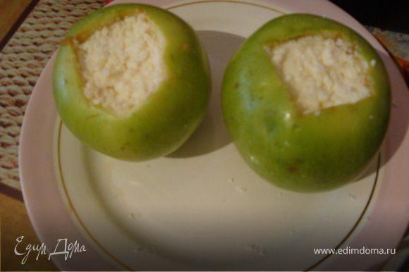 у яблок вырезать сердцевину ножом,не задевая стенок яблока. ложкой вынуть мякоть. Заполнить творогом и медом полость. Я накладывала слоями,чтобы сладость была равномерной.