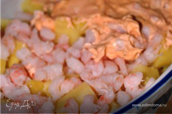 Дно формы для запекания смазать слив. маслом, выложить порезанный картофель, сверху креветки и соус.