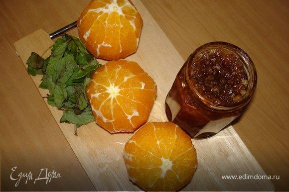 Пока остывает бисквит, готовится начинка. Нарезнные апельсины, из которых слит сок, соединить с мармеладом (у меня домашний цитрусовый джем http://www.edimdoma.ru/recipes/11586 ) и перемешать. Я добавила немного мелко нарезанной мяты.