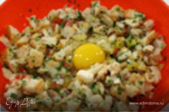 Порезать черствый хлеб на кубики около 1 см, добавить яйца,соль,перец, залить молоком.Накрыть салфеткой и периодически перемешивать в течение 2 часов.