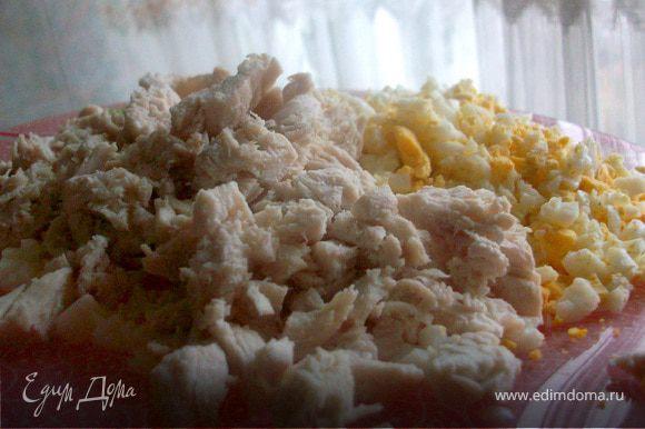 Режите курицу, яйца. Ананасы выкладываете на чистое полотенце, чтобы лишний сок стек. Ананасы нужны будут ни все, останутся еще на десерт)