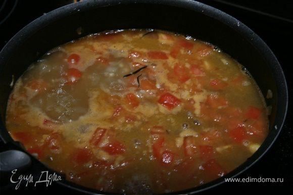 Помидоры ошпарить,снять с них кожицу,разрезать и удалить семена.Мякоть нарезать мелкими кусочками и соединить с мясом. Влить воду,чтобы она покрывала мясо с овощами,и тушить всё в сотeйнике под крышкой 40 минут.