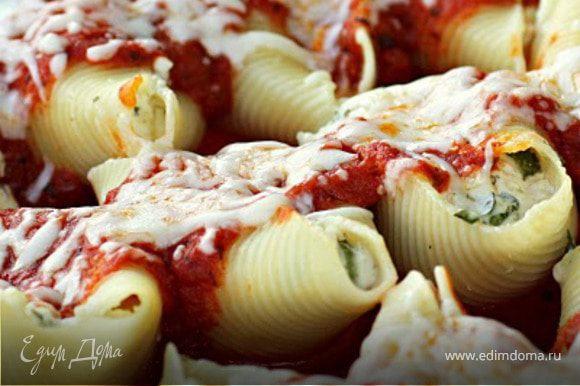 """Приготовить соус """"4 сыра""""(см. рецепт от Denis). Нафаршировать каждую ракушку перцами, потом сыром. Выложить на противень, смазанный маслом, залить соусом для пасты или для пиццы (см. рецепт от Denis), накрыть фольгой и отправить в духовку мин. на 15. Вынуть, натереть Моцареллу и еще несколько мин. подержать в духовке."""