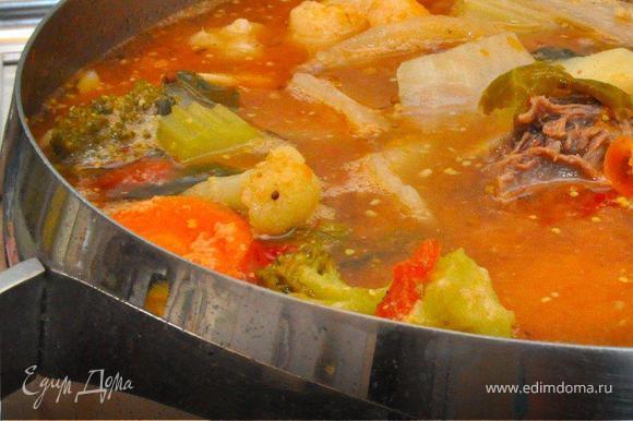 Пока варится бульон, подготовим овощи. Картофель очистить и крупно нарезать. Разобрать цветную капусту и брокколи на соцветия, крупные разрезать пополам. Мякоть тыквы нарезать крупными кубиками, морковь толстыми кружками. Кочаны брюссельской капусты разрезать пополам, репчатый лук крупными перьями, стебли сельдерея кубиками.