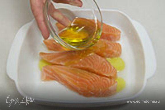 Семгу хорошо промываем под струей холодной воды, нарезаем тоненькими полосками или маленькими кубиками, солим, перчим, сбрызгиваем лимоным соком, посыпаем мелко натертым пармезаном, так настаиваем минут 7-10 и можно кушать,по желанию сверху поливаем оливковым маслом.