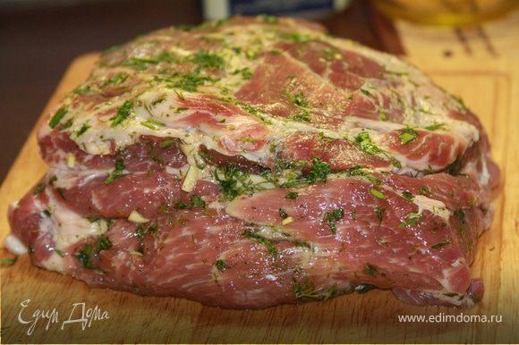 В мясе сделаем глубокие надрезы ( ширина где-то - см). «заполним» надрезы смесью чеснока и зелени. Мясо хорошо поперчим