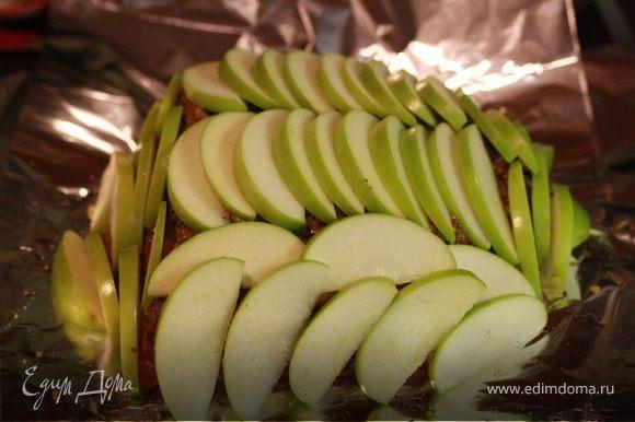 Подготовим яблоки. Нарежем полу- дольками толщиной 5-7 мм. Уложим яблоки ровным слоем на буженину. Я сделала рядами.