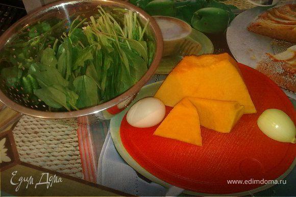 натереть тыкву и морковь на крупной терке. лук нарезать мелкими кубиками. вбить 1 яйцо, перемешать. добавить муку(ничего страшного если мука весь сок не возьмет, иначе оладушки будут жесткие). солим, перчим