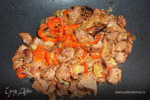 После обжарки-овощи вынем и добавим в сковороду нарезанное филе индейки. Готовить мясо под закрытой крышкой в течении 30 минут. Как приготовится, мясо соединим с овощами, потомим 2-3 минуты и переложим нашу индюшку с овощами в блюдо.