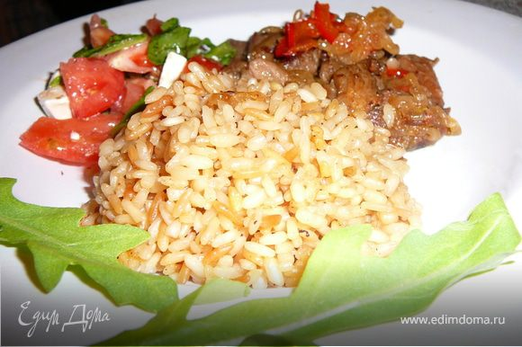 В поджаренный рис аккуратно зальем кипяток, так чтоб закрыть его полностью. Накроем крышкой и готовим до полного впитывания жидкости. Это займет минут 20. Формируем наше блюдо и подаем с любым салатом из свежих овощей. Приятного аппетита!