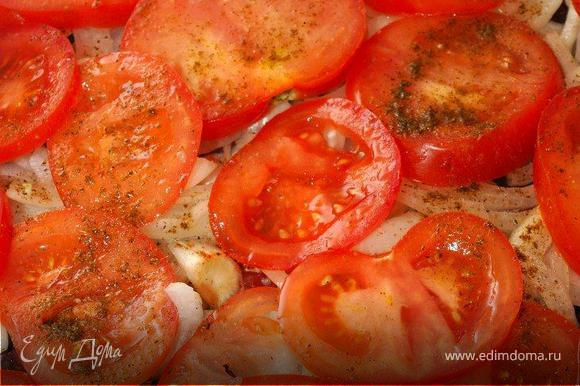 Затем нарезаем лук полукольцами и выкладываем поверх мяса. Следующий слой из тонких кружочков помидор. Повторяем специи.