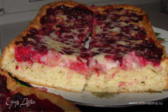 Ставим пирог в разогретую до 180С духовку, выпекаем до готовности. Крем достаточно сладкий, он как бы обволакивает каждую ягодку.
