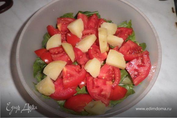 Картофель очистить, варить подсоленной воде до готовности. Воду слить, картофелю дать остыть и затем нарезать кубиками. Листья салата порвать. Лук мелко нарезать. Помидоры нарезать тонкими дольками, Сельди небольшими кусочками.