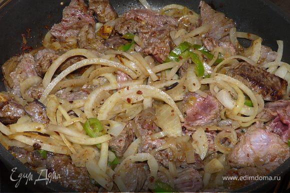 На горячем масле прогреть все специи, добавить говядину, немного подержать, добавить лук (я еще порезала зеленый чили)