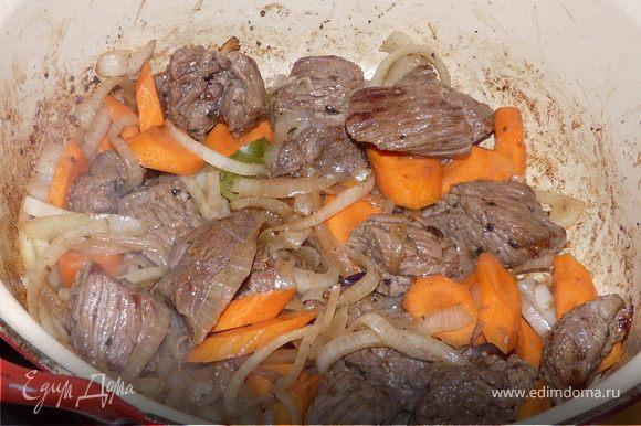 Накрыть крышкой и тушить ок. 2,5 часов на маленьком огне, помешивая. На сковородке разогреть сливочное масло. Хлеб обмакать в нем. Сложить кусочки сверху на мясо и поставить под гриль (или просто в горячую духовку) на минут 5 до золотого цвета.