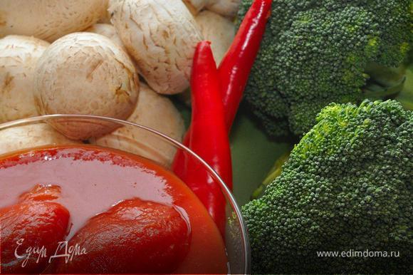 Приготовить фарш из куриной грудки и взять готовый. Мясо пропустить 2-3 раза через мясорубку, добавить яйца, соль, перец, паприку и чабрец. Хорошо промешать и убрать на полчаса в холодильник.Брокколи разобрать на соцветие, шампиньоны очистить от грязи.