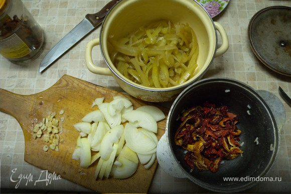 Добавить порезанный перец, помидор, 0,3 л воды. Накрыть крышкой. Тушить не помешивая 40 мин.
