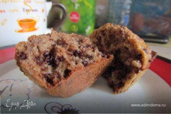 Разогреваем духовку до 175 градусов. Необходимо взбить яйца с сахаром и размешайте их с маслом комнатной температуры. Добавьте муку, пек.порошок и кусочки шоколада (шоколад можно порубить в блендере, подойдет как горький шоколад, так и шоколад с начинкой). Выложите в формочки для кексов/маффинов, заполняя их на 2/3. Получается 9 средних по размеру шт. Пеките маффины 20-30 минут.