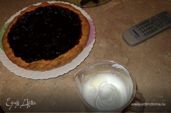 """Аккуратненько выкладываем пирог на тарелку. Сухие сливки для взбивания (у меня были из """"Магнита"""") смешиваем с холодным молоком и взбиваем в пену (согласно инструкции на пакетике)"""