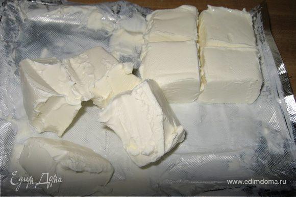 Крем-сыр разрезать на 8 частей. Выжать сок из нескольких лимонов.