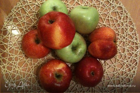 Берем яблоки (желательно разные сорта - так будет и вкуснее, и ароматнее) - 7-8 штук, удаляем сердцевину и натираем на крупной терке. Мелкую терку использовать не рекомендую, так как начинка превратится в кашу.
