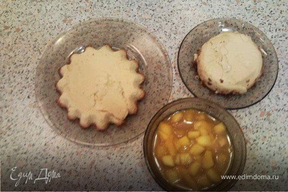 Готовые десерты опрокиньте на тарелку и выложите сверху кусочки манго с апельсиновым соком.
