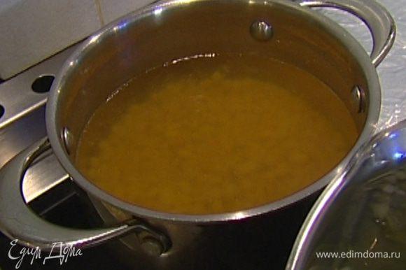 Фасоль замочить в большом количестве воды на несколько часов, а лучше на ночь. Затем промыть, снова залить большим количеством холодной воды и отварить до готовности.