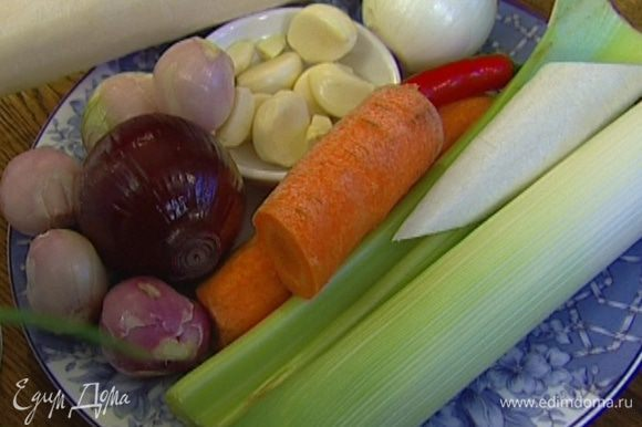 Лук, цукини и морковь почистить.