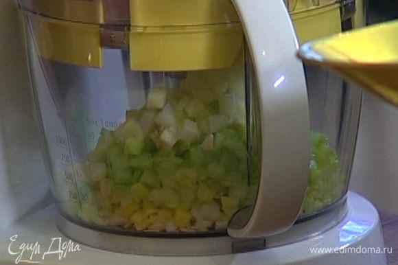 Порей, сельдерей, луковицу и 3 зубчика чеснока нарезать кубиками.