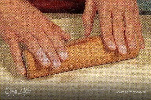 Раскатать тесто в круг толщиной 1-1,5см.В начинку добавить сметану и соль по вкусу. Перемешать и выложить на тесто не доходя до края 2-3см.