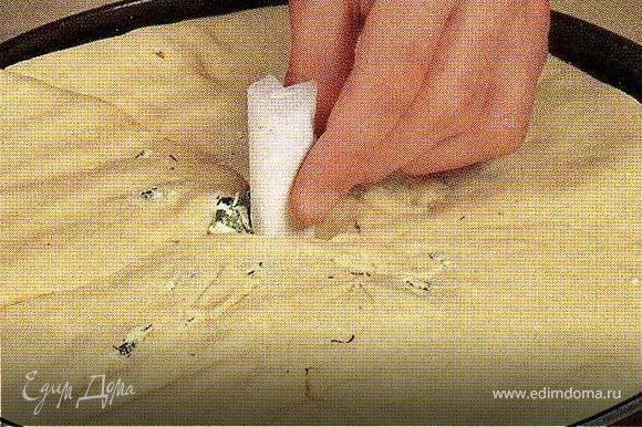 Рукой разровнять поверхность пирога,переложить его в смазанную маслом круглую форму и ещё раз разровнять так, чтобы толщина пирога была не более 1,5-2см.В середине сделать отверстие и вставить трубочку(я делала из картона,предварительно её намочив).