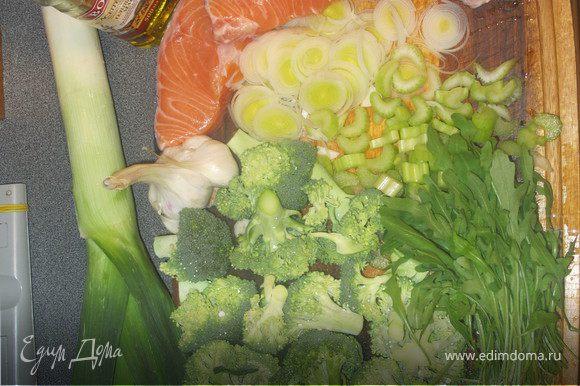 Чеснок крупно порубить,лук нарезать кольцами,сельдерей на кусочки, капусту разобрать на соцветия. В кастрюле разогреть масло быстро обжарить чеснок, лук и сельдерей. Добавить руколу, сверху положить рыбу, затем капусту. Залить водой так, чтобы она не покрывала капусту, добавить лавровый лист, все посолить и поперчить.