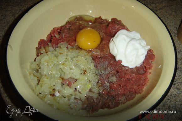 В фарш добавить половину обжаренного лука,1 яйцо, сметану, соль, перец. можно добавить хлеб, либо панировочные сухари.