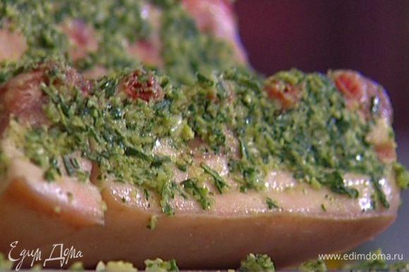 Мясо вымыть, просушить салфеткой и со всех сторон натереть пряной смесью.