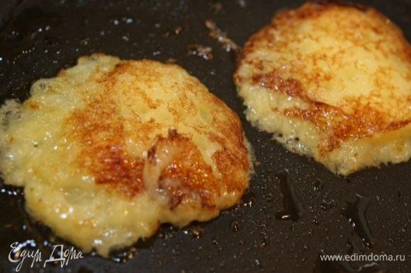 Разогреть в сковороде оливковое масло, ложкой выкладывать картофельную массу и обжаривать с двух сторон, а затем перекладывать на тарелку с бумажным полотенцем, чтобы убрать излишки жира. Подавать со сметаной.