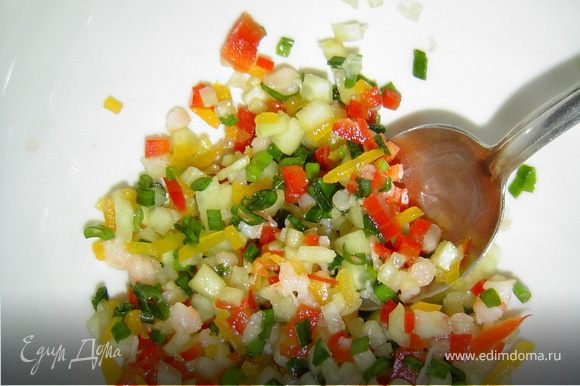 Мелко нарезаем огурец, креветки, зеленый лук.Соединяем сметану с горчицей, перемешиваем и подсаливаем по вкусу. Заправляем этой смесью подготовленный салат