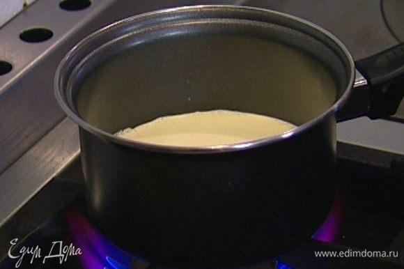 В сливки добавить ванильный экстракт, поставить на огонь и довести до кипения, но не кипятить.