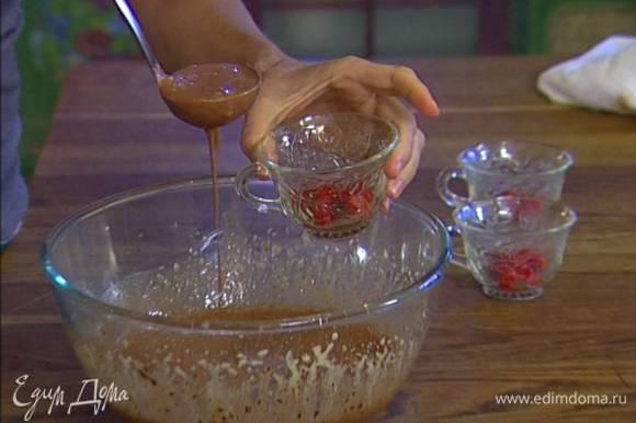 Печенье раскрошить и выложить на дно формочек, затем разложить вишню, а сверху ― сливочно-шоколадную массу.